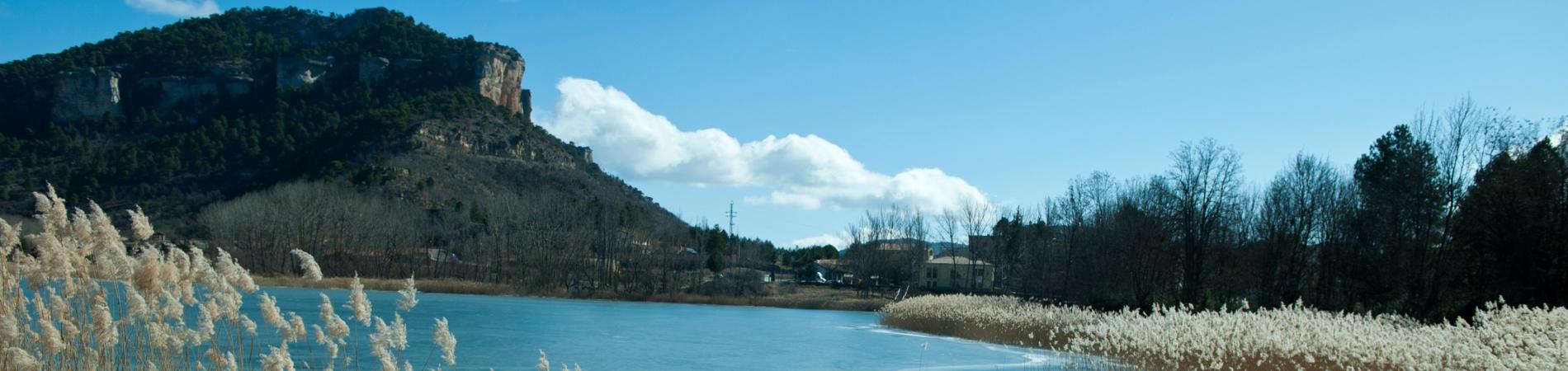 paisaxe dun río e unha montaña